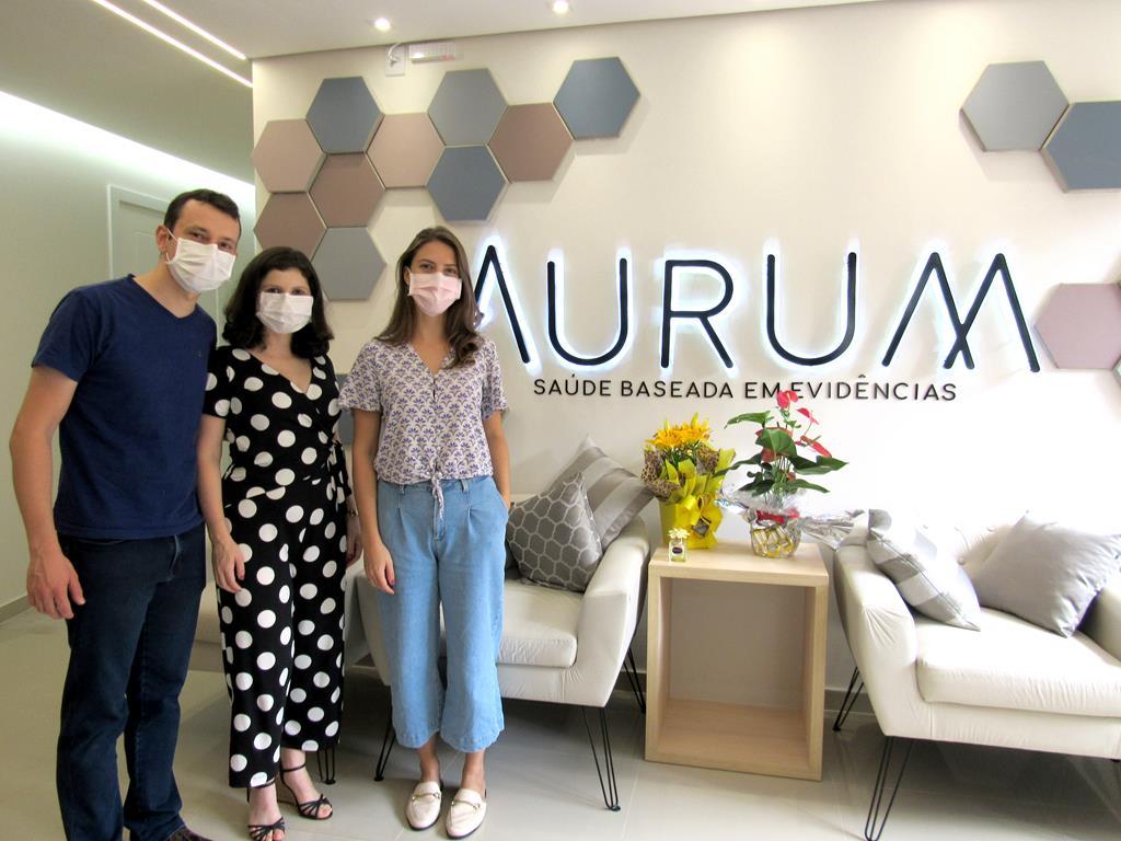 Vinícius Felipe Wandscher, Ana Maria Estivalete Marchionatti e Jéssica Copetti Barasuol na recepção da clínica - Foto: Marcos Demeneghi