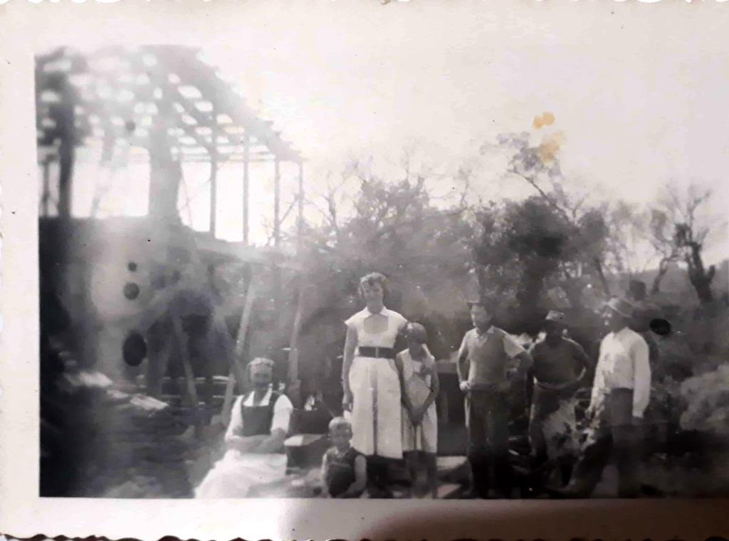 Foto da edificação do Moinho da família Pydd. Na foto - Herdwig Pydd, de branco em pé: Giselda Pydd, à direita da foto Sr. Rudolfo Reinoldo Pydd e o menino é Valdir Pydd.