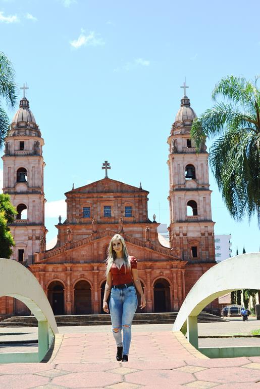 Paulla Demeneghi na Praça Pinheiro Machado em Santo Ângelo, RS, sua terra natal