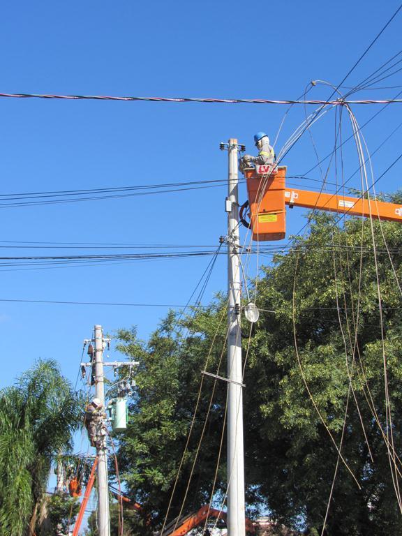 Operários da Monpar realizam projeto de ampliação da rede de energia elétrica