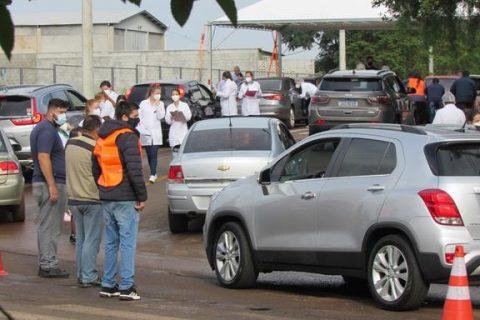 Drive-thru para vacinação de idosos na Rua da UPA Foto: Marcos Demeneghi