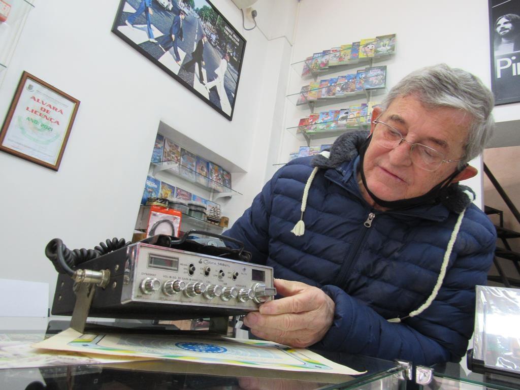 Ivan Frey Fideles mostra um dos equipamentos que usava - Foto Marcos Demeneghi
