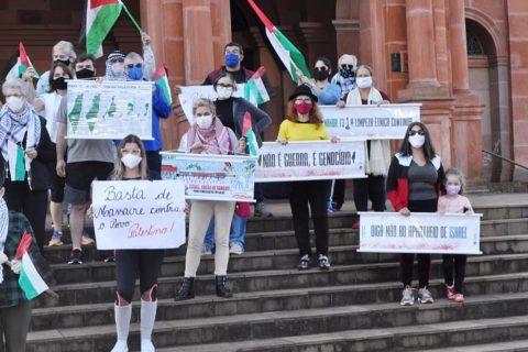 Manifestação em solidariedade ao povo palestino em frente a Catedral Angelopolitana em Santo Ângelo, RS. Brasil