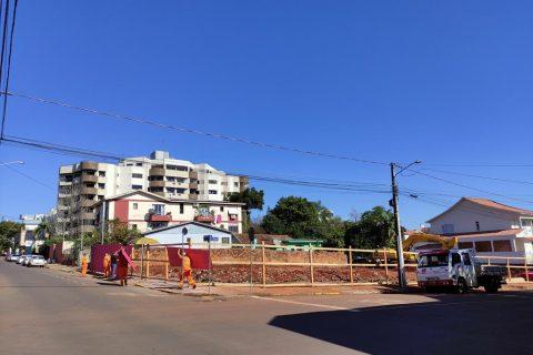 Terreno situado na rua Antunes Ribas é preparado para o início da obra - Foto: Marcos Demeneghi
