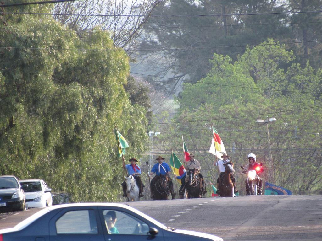 Tradicionalistas de Santo Ângelo conduzem a chama pela Rua dos Imigrantes - Foto ilustrativa referente ao ato de 2019