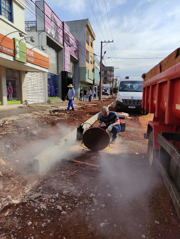 Teste de estanqueidade da rede de esgoto realizada na Rua 25 de Julho