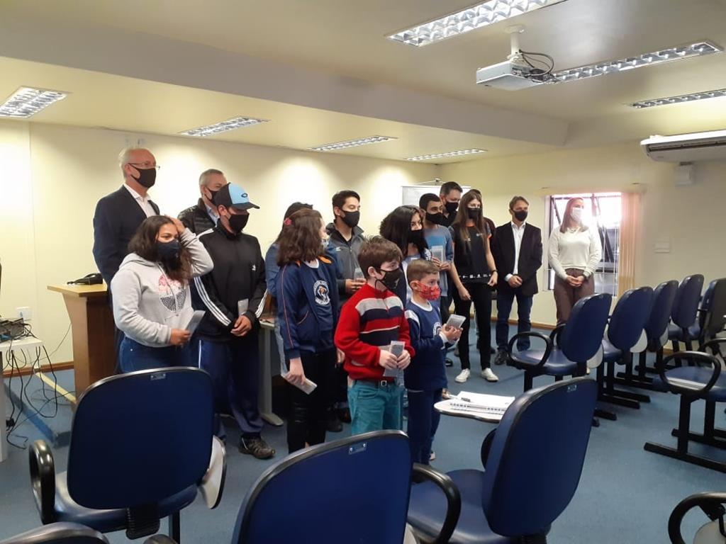 Entrega simbólica à alunos no auditório da sede do Ministério Público em Santo Ângelo