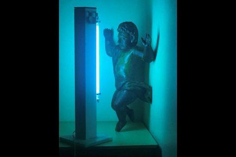 Escultura sacra do Querubim Missioneiro recebe radiação de luz ultravioleta para esterilização - Foto: Edison Rüttner